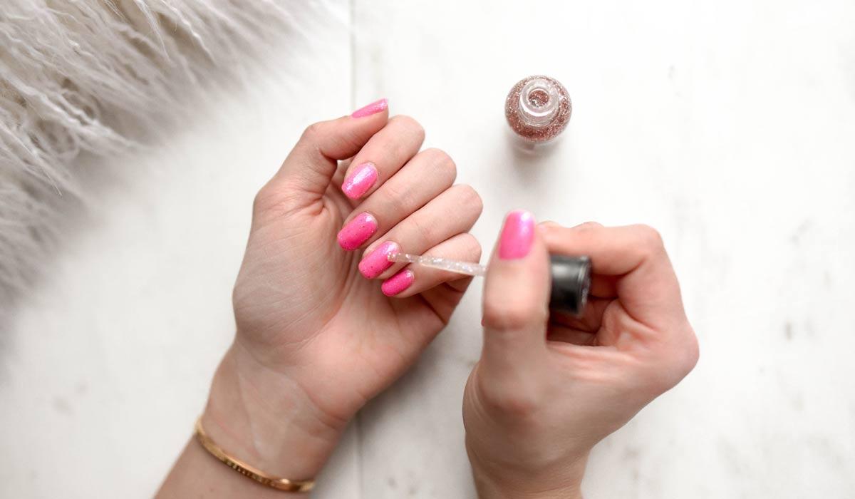 Vernis à ongles: simple ou fantaisie? Appliquer du vernis à ongles sans surpeinture, sans rayures et sans bulles: c'est comme ça qu'il faut faire!