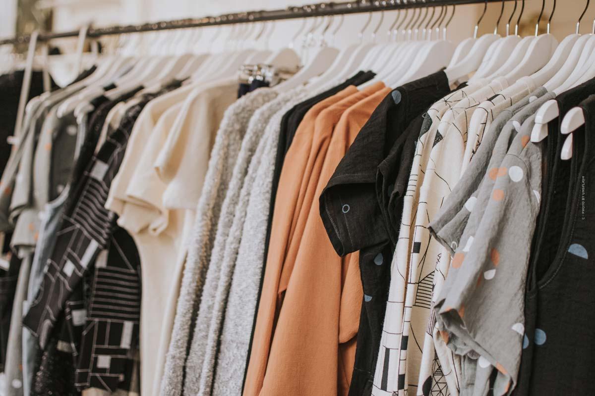ASOS : entre haute couture et style urbain - robe de bal, pantalon de survêtement et sac de créateur