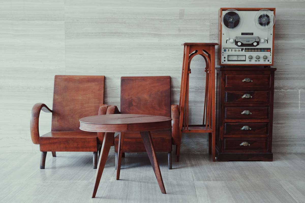 Essential Home Furniture : meubles du milieu du siècle tels que des chaises, des tables et des articles de décoration en provenance du Portugal.