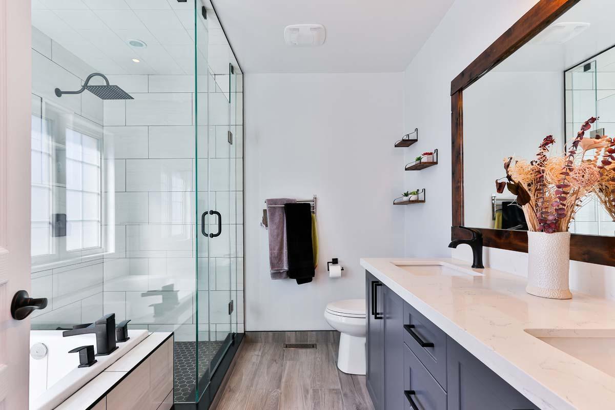 Maison Valentina : salle de bain de luxe, mobilier exceptionnel autour des baignoires, lavabos et meubles