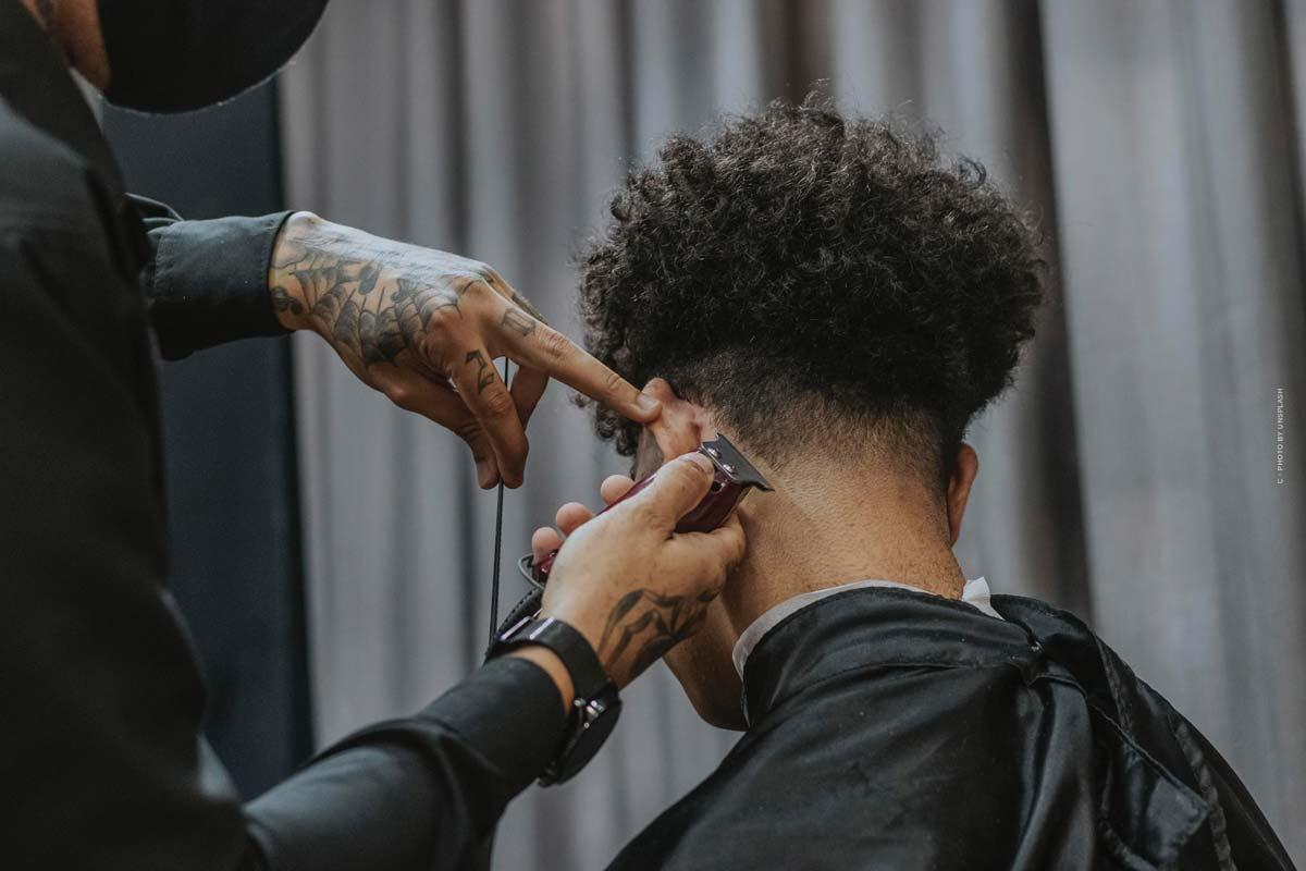 Top 5 des coiffures tendance pour hommes : courtes, longues ou avec des boucles ?